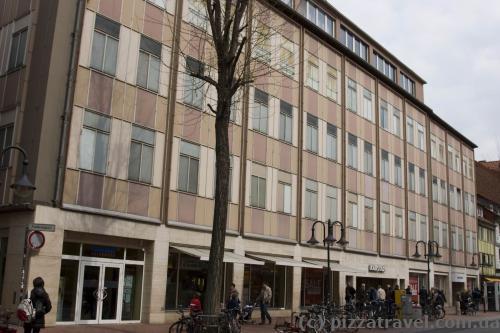 Жахлива будівля Karstadt у самому центрі старого міста