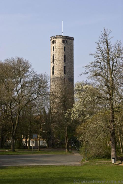 Залишки середньовічної міської стіни 12 століття (реконструйована в 15 столітті)