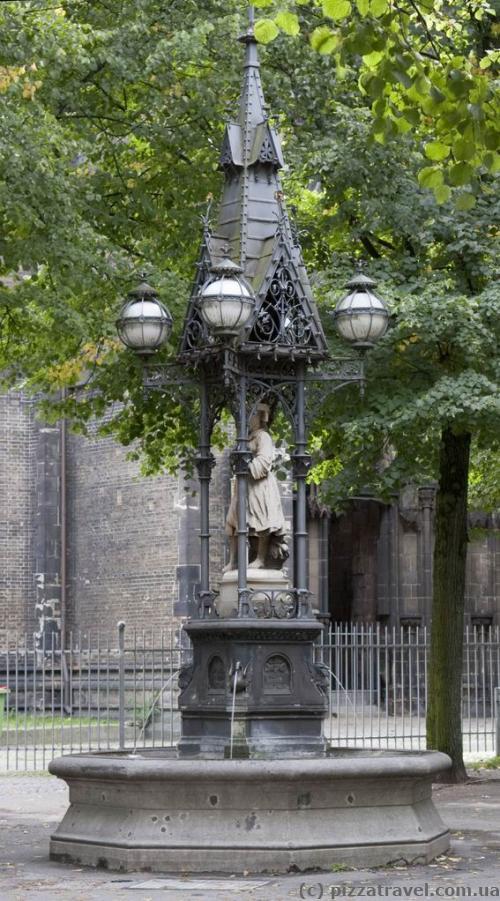 Фонтан біля дзвіниці церкви Святого Миколая