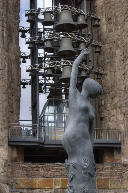 Скульптура біля церкви Святого Миколая