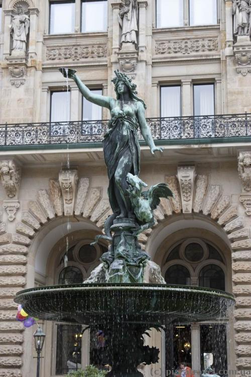 Фонтан Гигеи во внутреннем дворе ратуши в Гамбурге