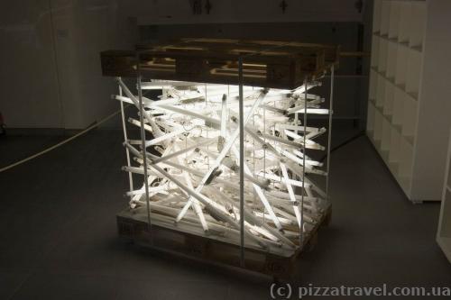 Непонятная инсталляция из ламп