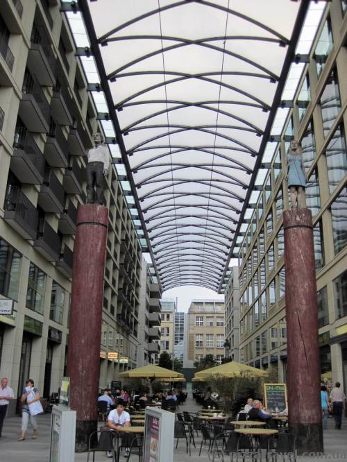 Пасаж між готелем Radisson Blu і SeaLife Berlin, через який можна пройти до Аквадома