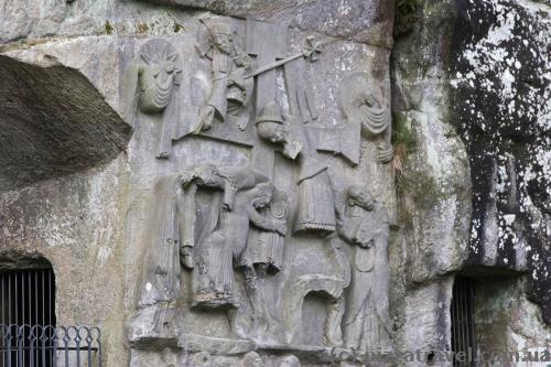 Барельєф зі сценою зняття Христа з розп'яття