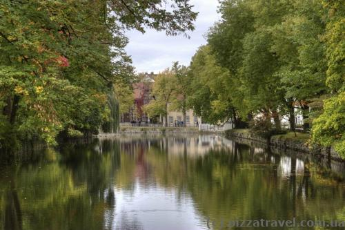 Канал навколо замку в Детмольді
