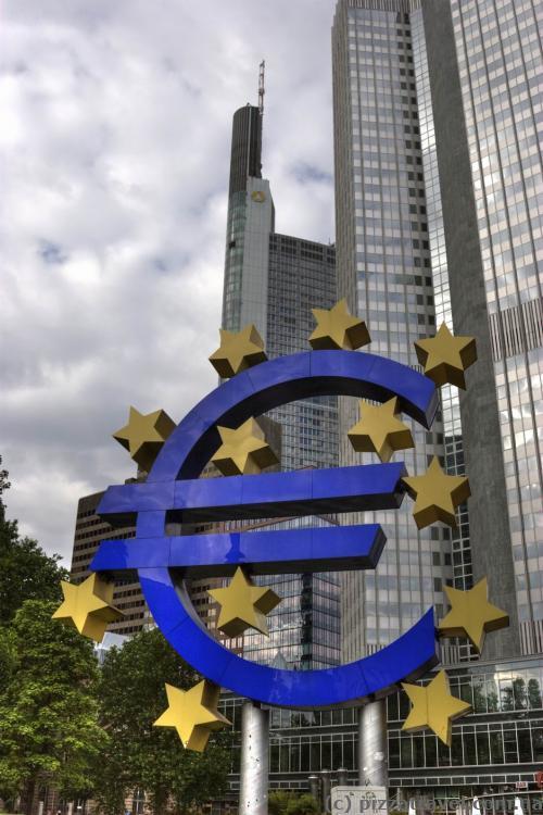 Величезний знак Євро біля Європейського центробанку