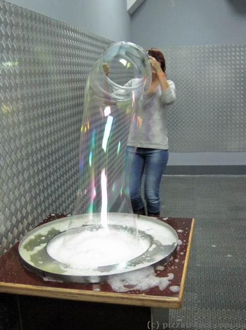 Величезні мильні бульбашки