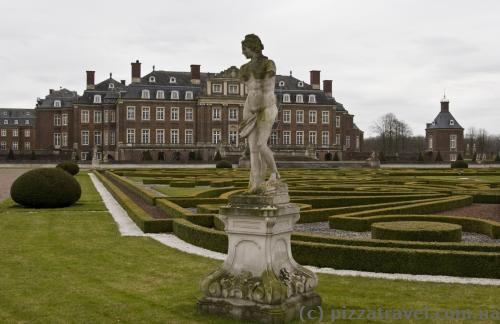Скульптуры в парке дворца в Нордкирхене