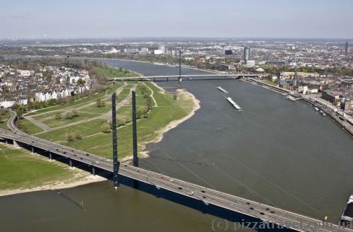 Мост Рейнкни и Оберкассельский мост (дальний)