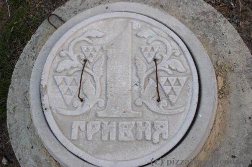 Hatch cover in the form of one hryvnia near the palace of Rumyantsev-Zadunaiskyi