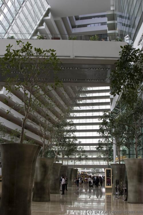 Огромное лобби отеля Marina Bay Sands