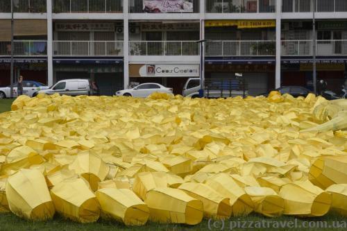 Много-много китайских фонариков ждут запуска.