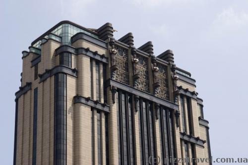 Здание с необычной крышей на North Bridge Rd