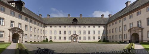Внутренний двор замка Корвей