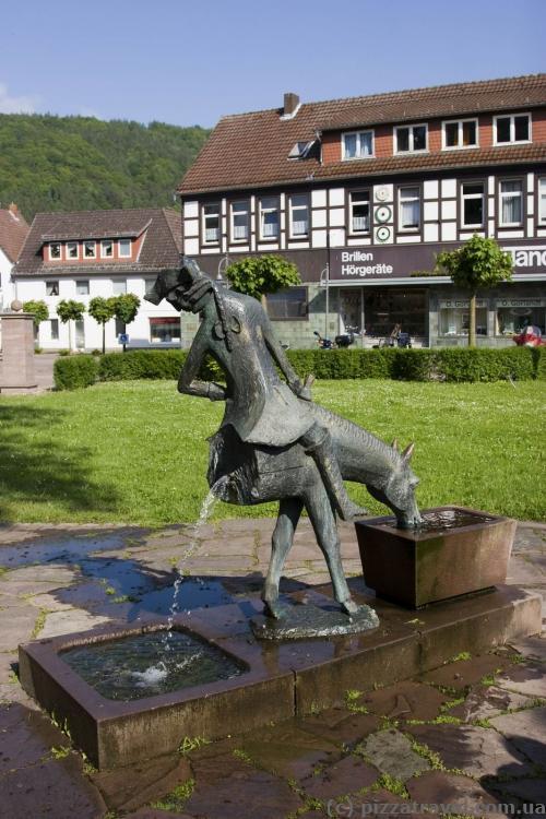 Барон Мюнхгаузен перед музеем