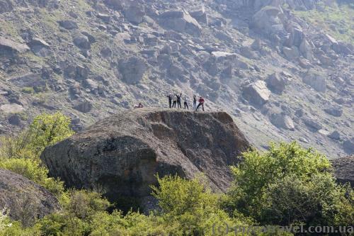 Туристы зовут нас к себе на скалу.