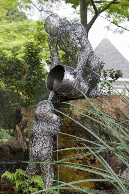 Интересная скульптура в ботаническом саду