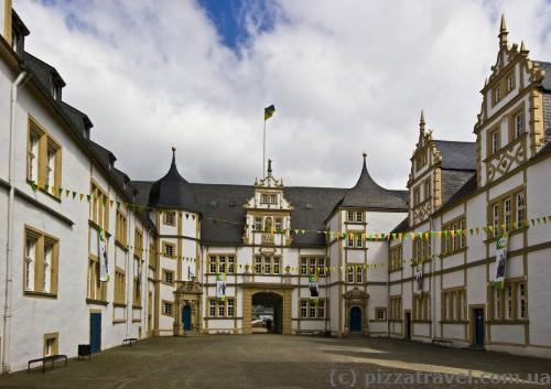 Внутрішній двір замку Нойхаус